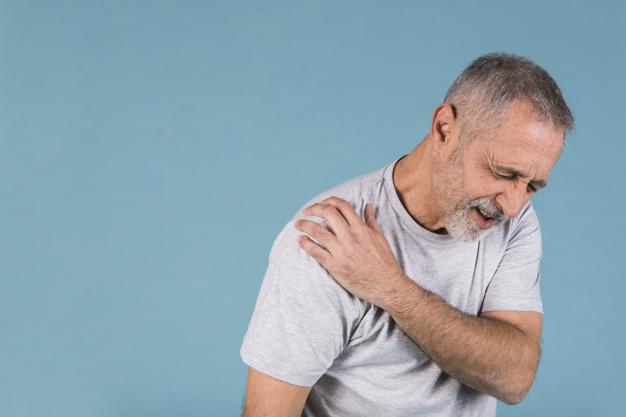homem com dor de ombros relacionado a patologias relacionadas com whatsapp