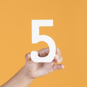 mão segurando o número 5