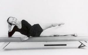 Carola Trier realizando pilates