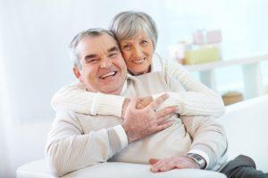 Casal abraçando-se depois de aula de pilates e parkinson