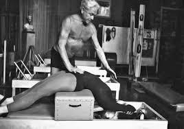 Joseph Pilates fazendo aula a Eve Gentry