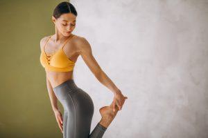Mulher que se sente bem ao praticar pilates