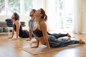 Pessoas realizando exercício Swan de pilates