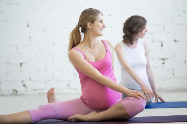 mulheres grávidas realizando aula de pilates
