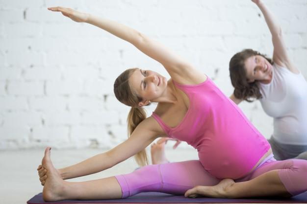 mulher grávida realizando exercício de pilates