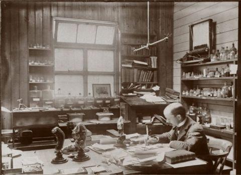 Arthur Thomsom no seu escritório