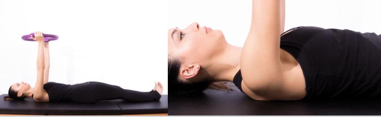 mulher com exercício para articulaçōes do ombro com magic circle de pilates