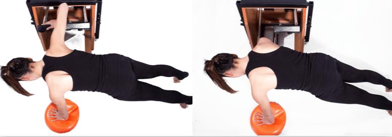 mulher realizando exercício com chair pilates e overball