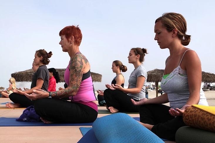 muleres sentadas treinando padrōes respiratórios no pilates