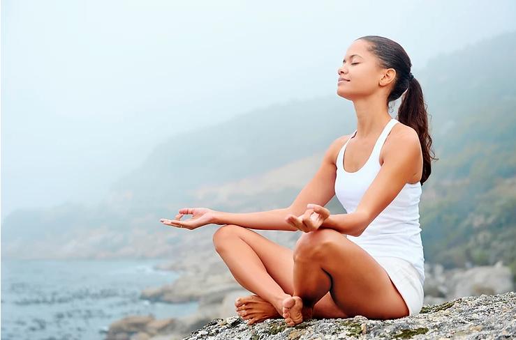 mulher sentada treinando padrōes respiratórios no pilates