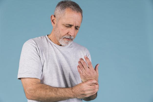 homem com artrite na mão