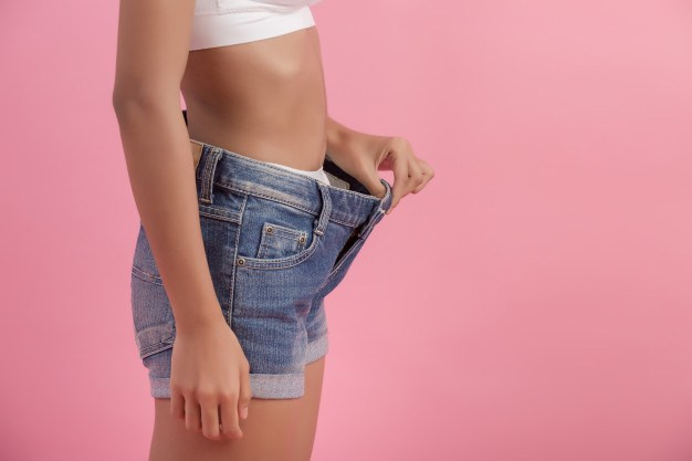 figura femenina segurando short