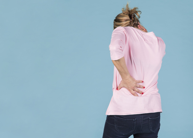 mulher com dor provocada por osteoporose