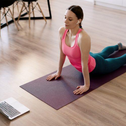 Mulher realizando cursos e formaçōes em pilates online